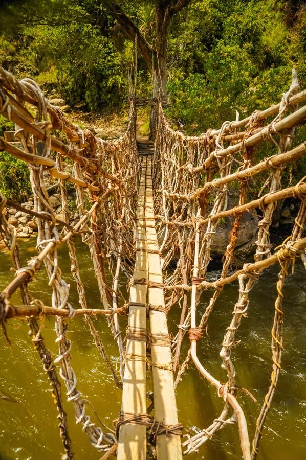 Pont en bambou dans Trikora photos stock