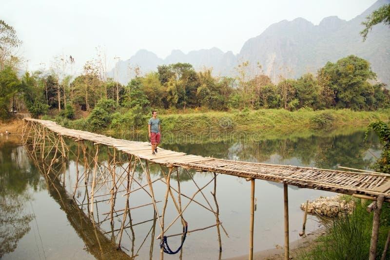 Pont en bambou de croisement de touristes gai, vue de chaux, Laos photos libres de droits