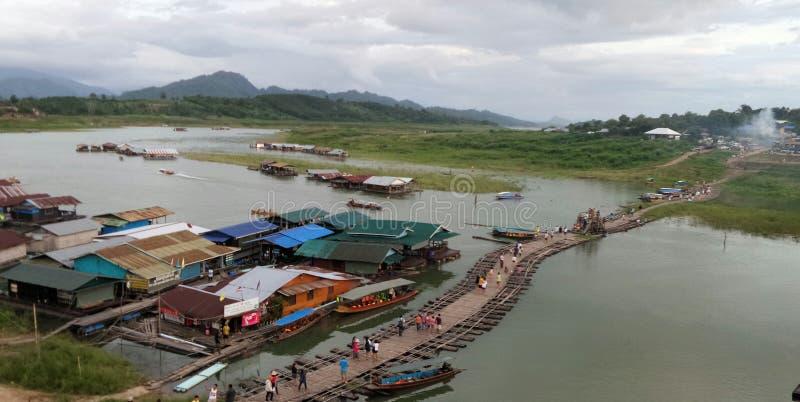Pont en bambou de flottement provisoire dans Sangklaburi, Karnchanaburi, Thaïlande photographie stock libre de droits
