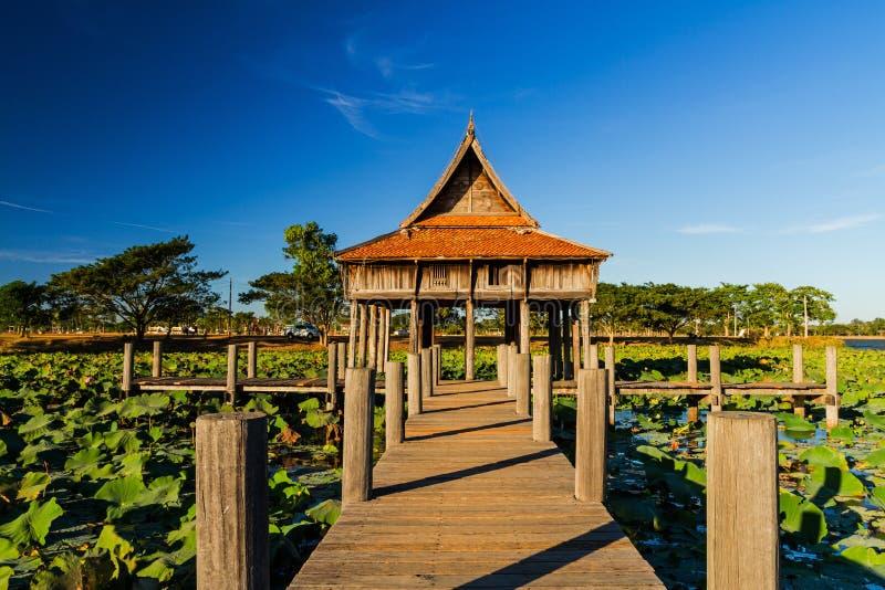 Pont en bois à l'architecture en bois thaïlandaise de temple sur le parc NongKhulu dans la province d'UbonRatchathani, Thaïlande photographie stock libre de droits