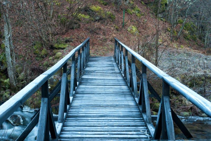 Pont en bois au-dessus de la rivière photographie stock