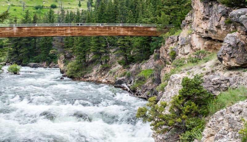 Pont en bois au-dessus de la rivière de Boulder au Montana photo stock