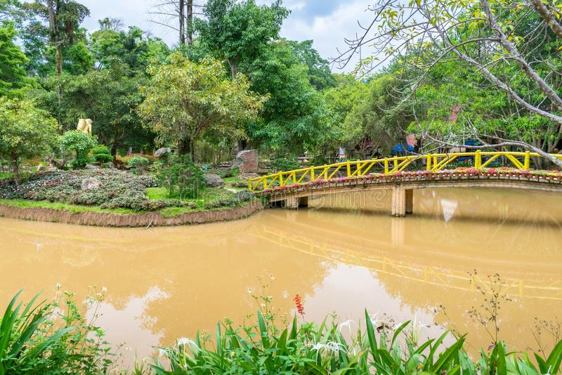 Pont en bois au-dessus de la rivière Yellow avec les arbres tropicaux en parc photos libres de droits