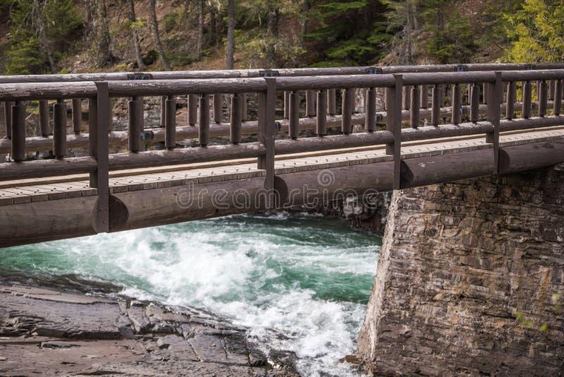 Pont en bois au-dessus de rivière de Whitewater image libre de droits