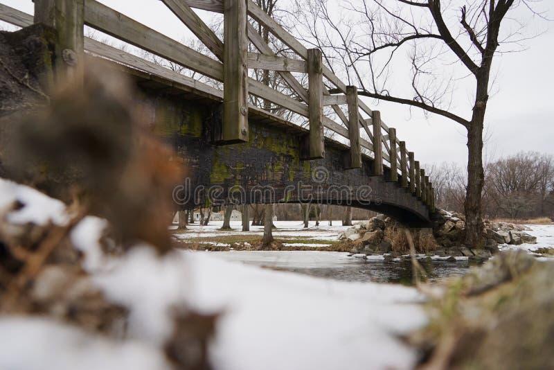 Pont en bois au-dessus de rivière de Milou photo stock