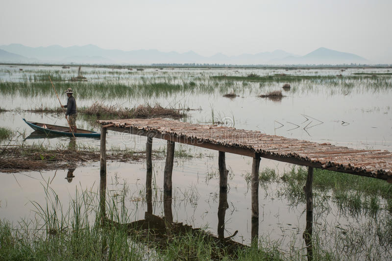 pont en bois au lac de lotus le temps de coucher du soleil chez Khao Sam Roi Yot N photos stock