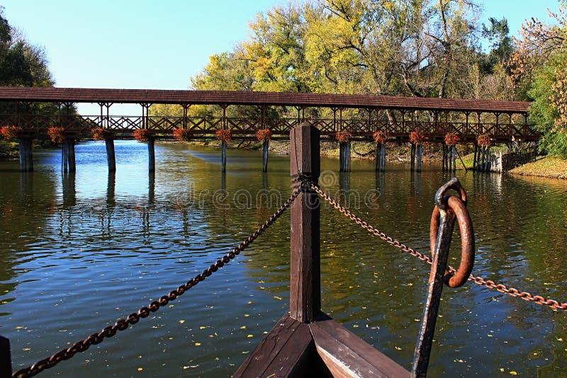 Pont en bois couvert de pile avec les fleurs décoratives, vue de partie avant de moulin de bateau, saison d'automne, emplacement  images libres de droits