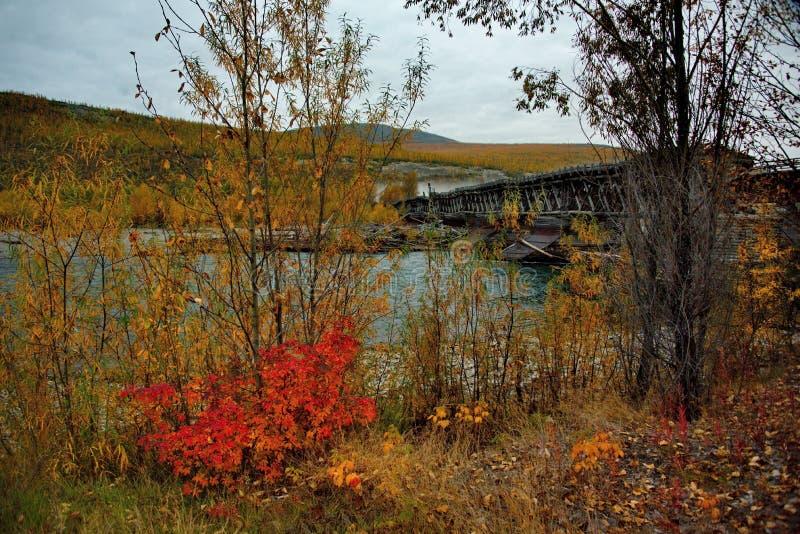 Pont en bois détruit par temps impitoyable images libres de droits