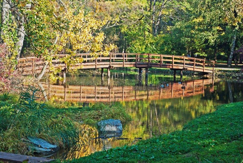Pont en bois d'automne images stock
