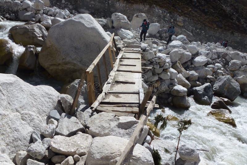 Pont en bois dangereux de pied dans Thokla, voyage de camp de base d'Everest, Népal photo stock