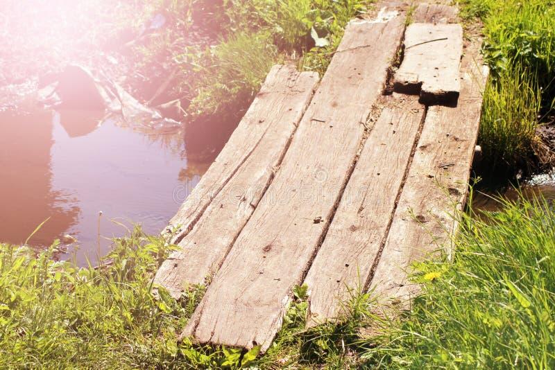 Pont en bois dans le lac de lotus le temps de coucher du soleil images stock