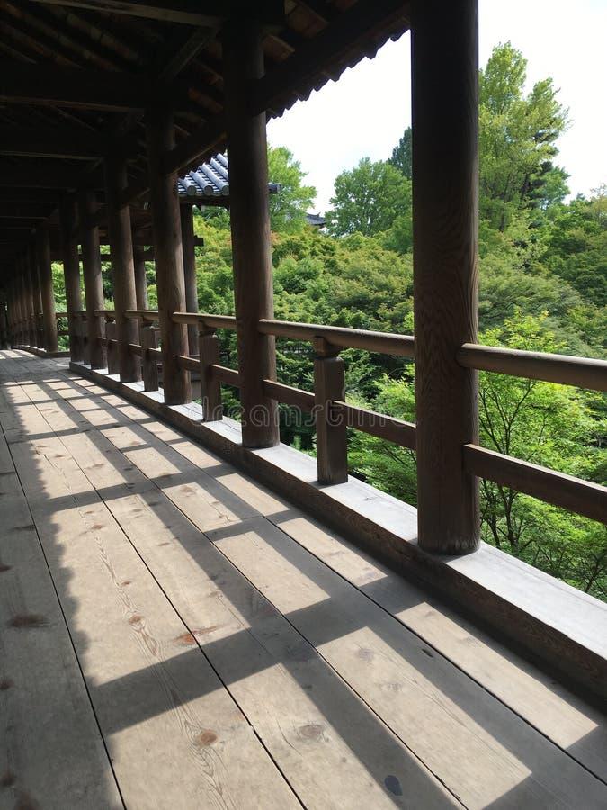 Pont en bois dans le temple de Tofuku-JI, Japon image stock