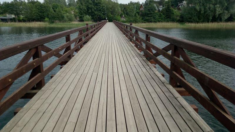 Pont en bois dans Trakai photographie stock