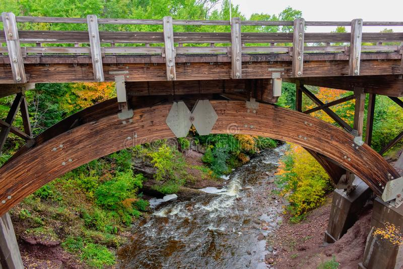 Pont en bois de construction au-dessus de rivière image stock