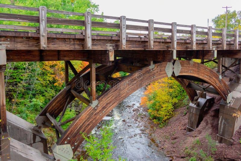 Pont en bois de construction au-dessus de rivière photos libres de droits