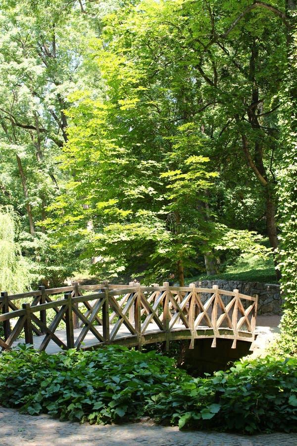 Pont en bois en parc de Sofiyivsky Arborétum de jardin botanique dans Uman, Cherkasy Oblast, Ukraine photos stock