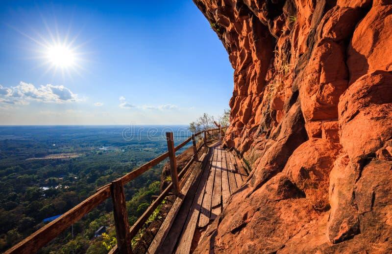 Pont en bois latéral de falaise au tok de Wat Phu, Bueng Kan, Thaïlande photos libres de droits