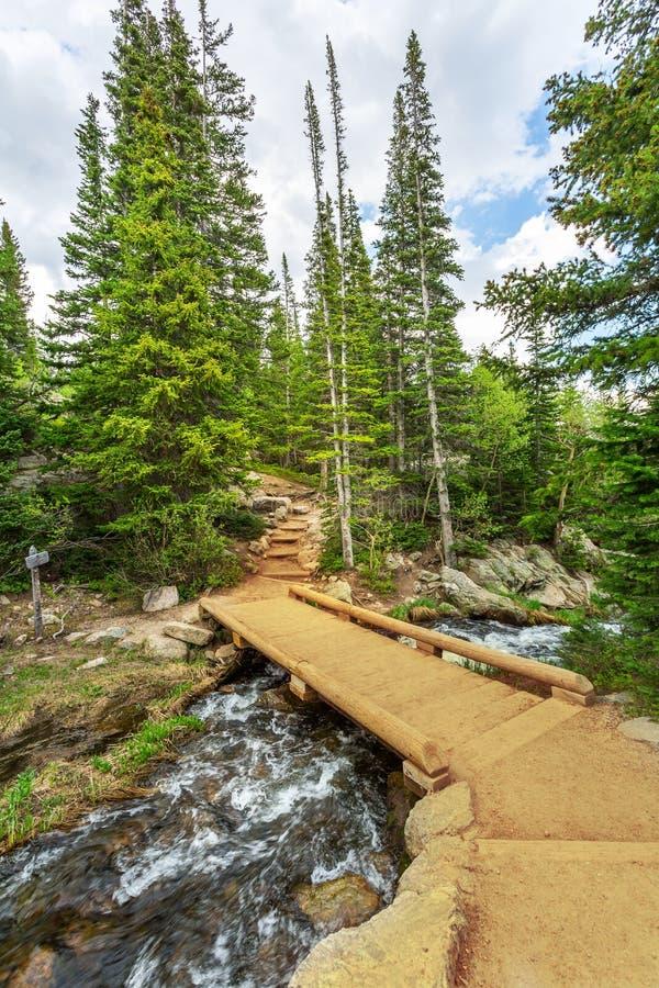 Pont en bois par la rivière de montagne photos libres de droits