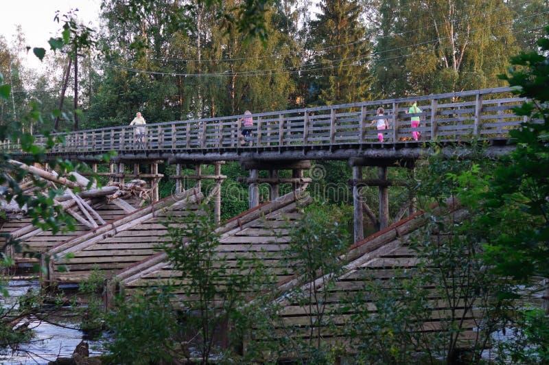 Pont en bois piétonnier au-dessus de la rivière Olonka, république Carélie photographie stock