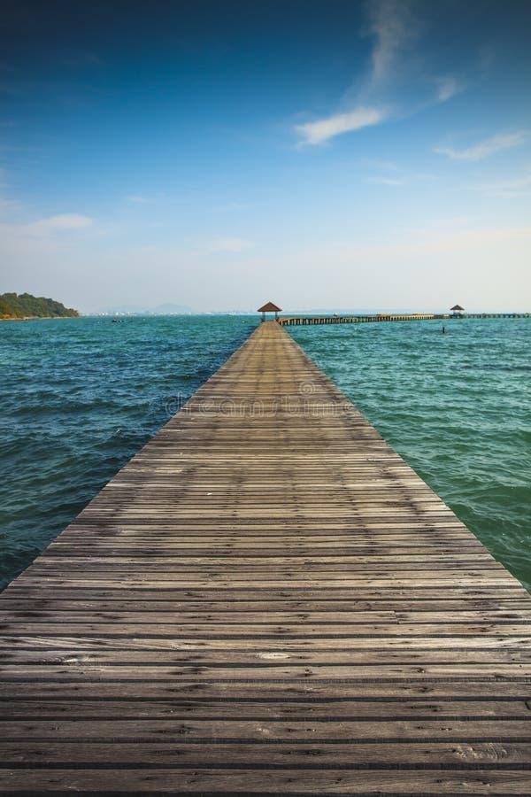 Pont en bois vers la mer. photo libre de droits