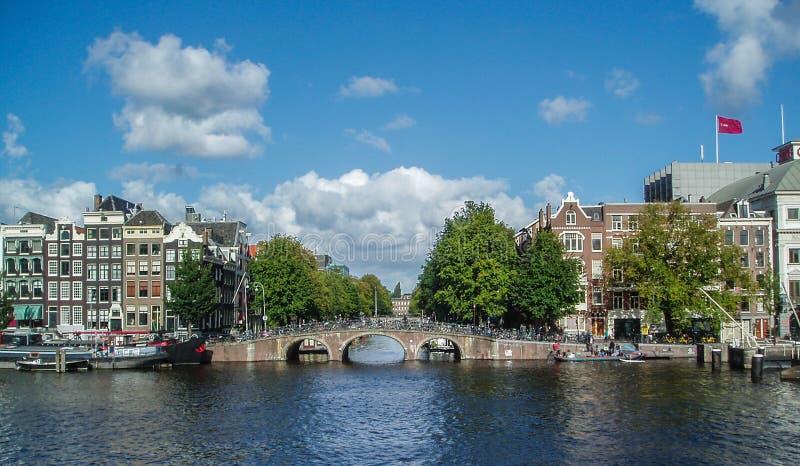 Pont en canal de Beuatiful à Amsterdam photo libre de droits