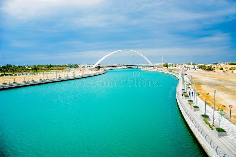 Pont en canal de l'eau avec le fond de ciel bleu, Dubaï image libre de droits