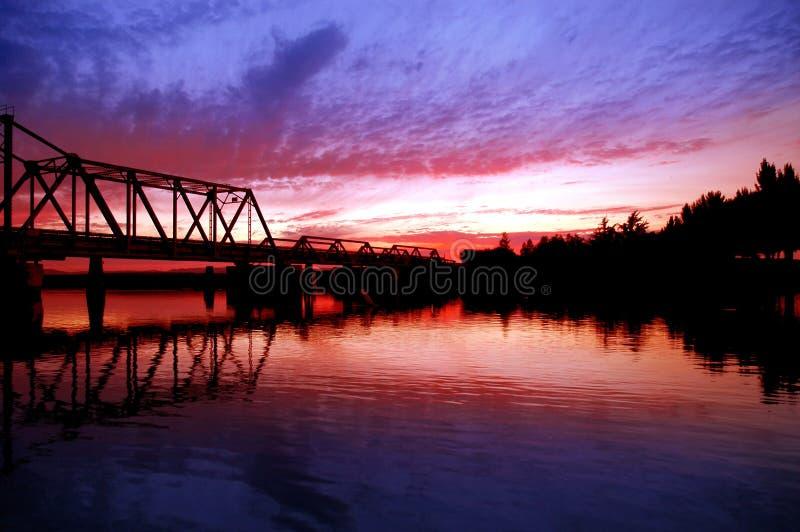Pont en chevalet au-dessus de fleuve photos stock