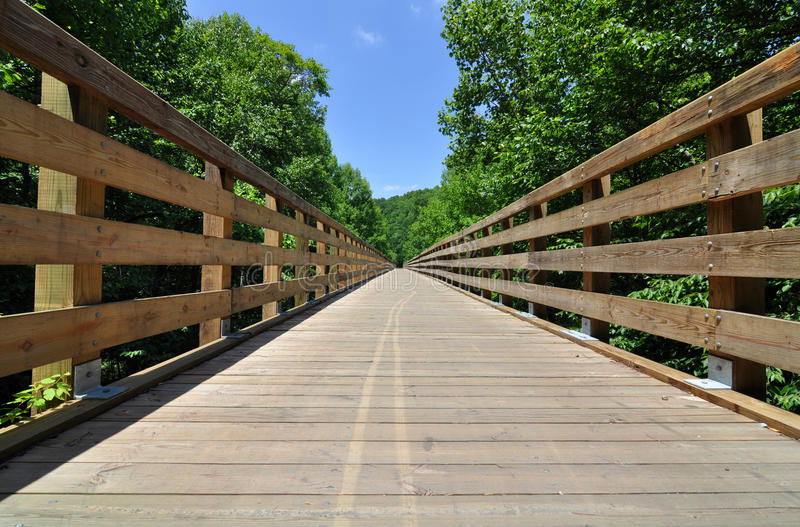 Pont en chevalet en bois sur Virginia Creeper Trail aux Etats-Unis, d'une manière extravagante populaires avec des cyclistes photographie stock libre de droits