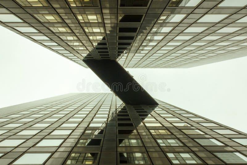 Pont en ciel entre l'immeuble de bureaux photos libres de droits