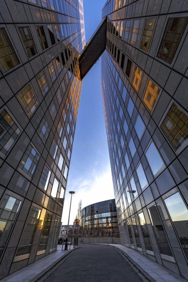 Pont en ciel entre l'immeuble de bureaux images stock
