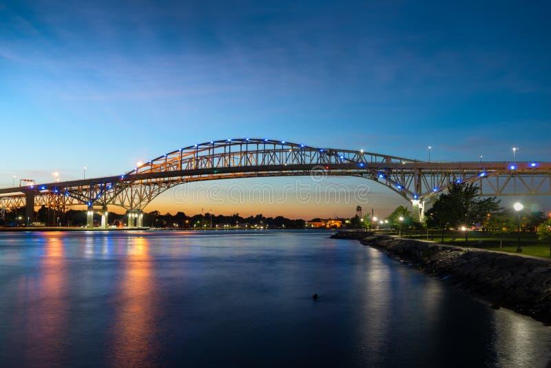 Pont en eau bleue au coucher du soleil photos stock