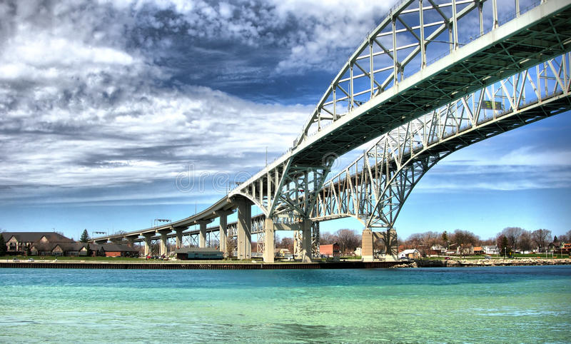 Pont en eau bleue, Sarnia, Canada photo libre de droits