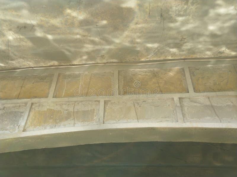 Pont en eau sous la brique d'illusion photo libre de droits