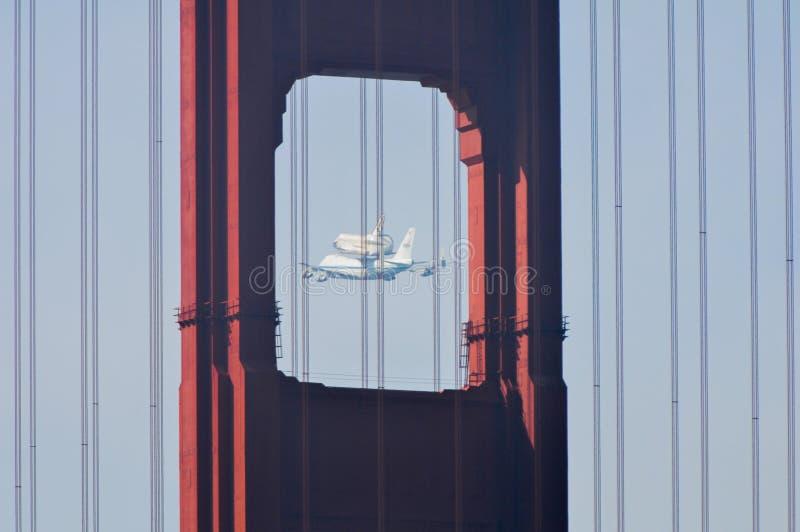 Pont en effort de navette spatiale et en porte d'or photographie stock