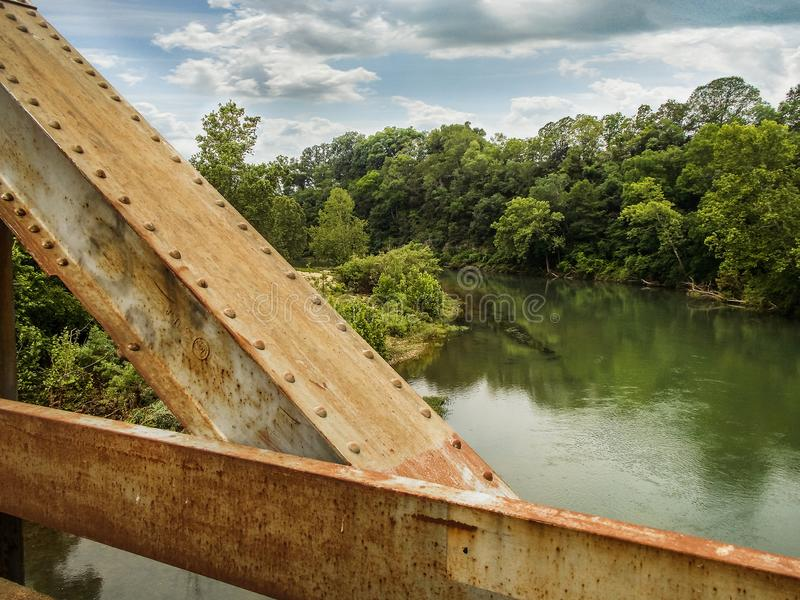 Pont en fer au-dessus de White River photographie stock