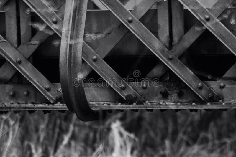 Pont en fer en noir et blanc photographie stock libre de droits