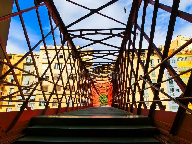 Download Pont En Fer Et Maisons Colorées à Gérone Image stock - Image du historique, rouge: 87708461