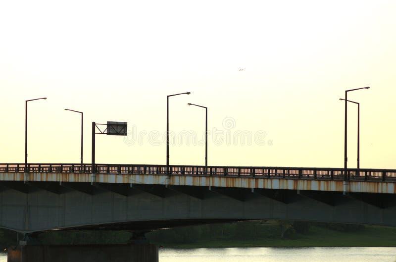 Pont en métal de coucher du soleil images libres de droits