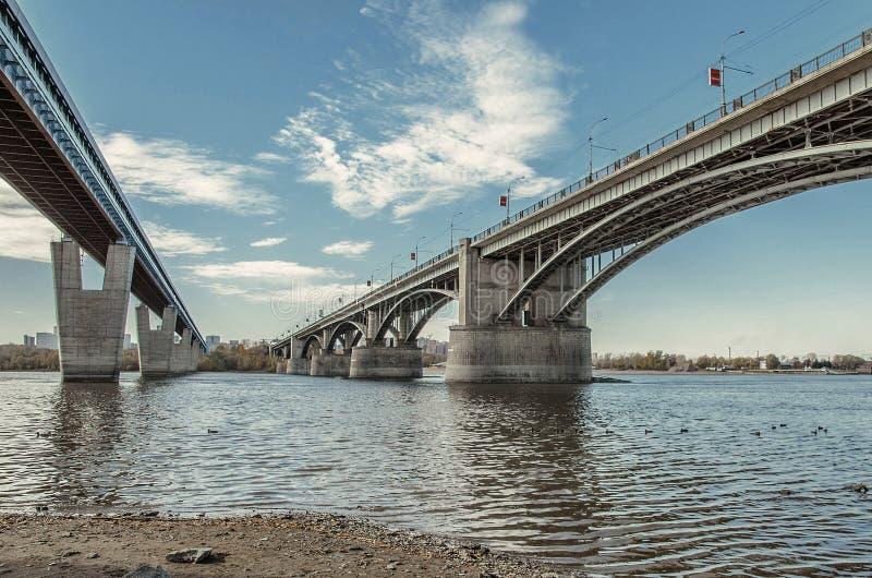 Pont en métro et pont communal à travers le fleuve Ob à Novosibirsk, Russie, vue de dessous image libre de droits