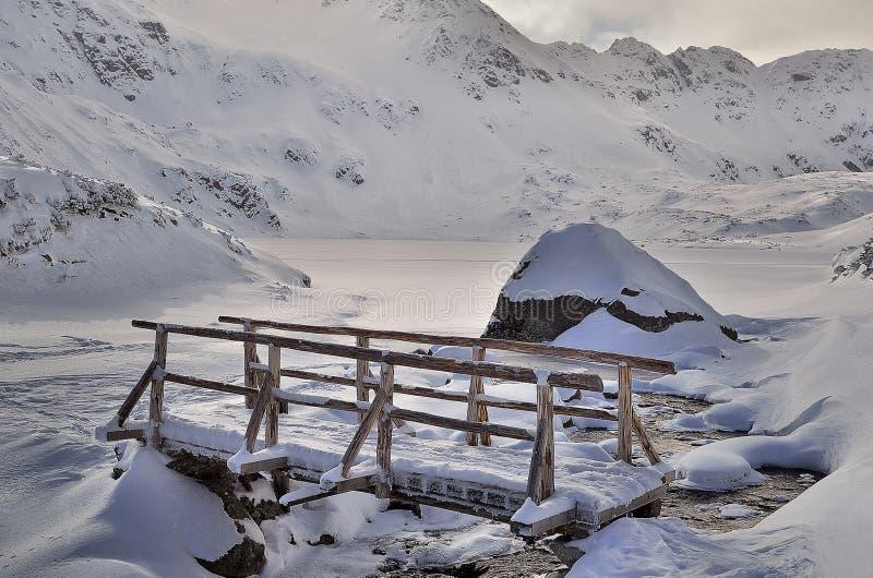 Pont en montagnes photographie stock