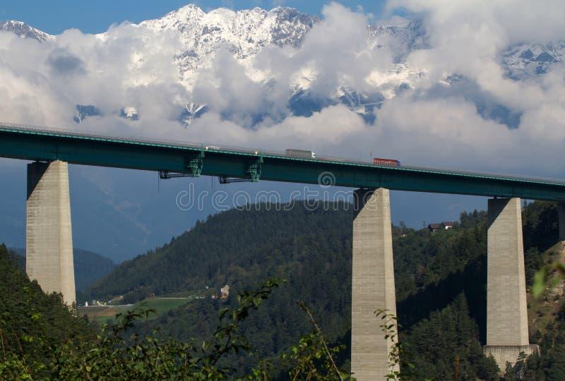 Pont en omnibus avec des montagnes photographie stock