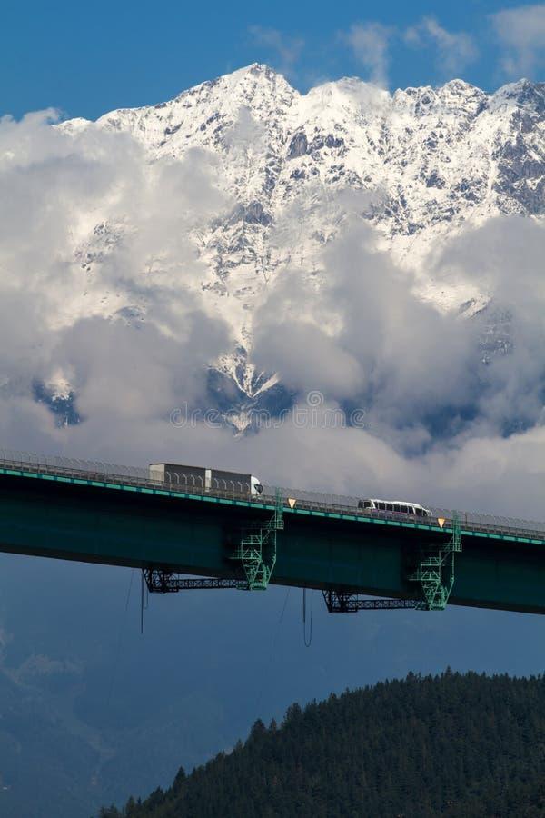 Pont en omnibus contre les alpes autrichiennes image stock
