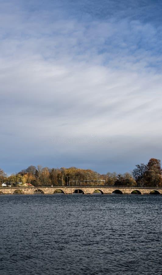 Pont en pierre à travers un canal photo stock