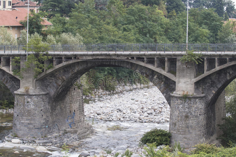 Pont en pierre au-dessus d'une rivière photo libre de droits