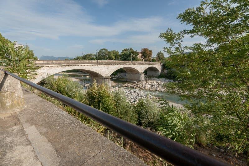 Pont en pierre au-dessus de la rivière Drome de montagne dans les Frances image libre de droits