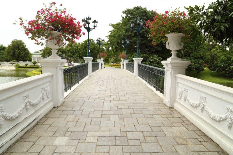 Pont en pierre classique du palais royal photos stock