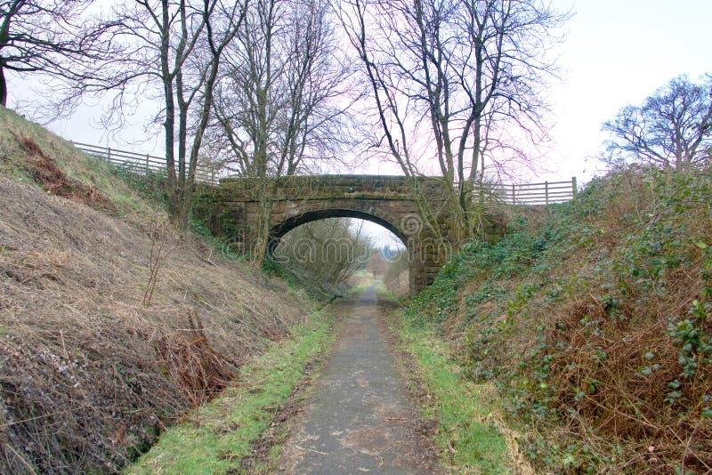 Pont en pierre croisant un chemin de pays images libres de droits