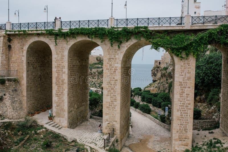 Pont en pierre dans Polignano un apulia Italie de jument photo stock