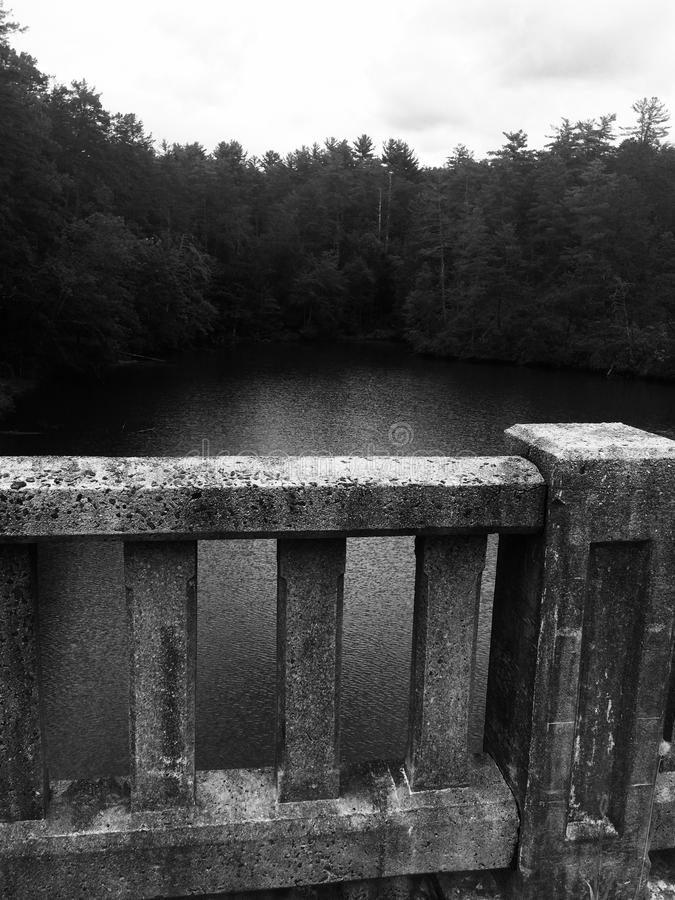 Pont en pierre faisant face au lac photographie stock