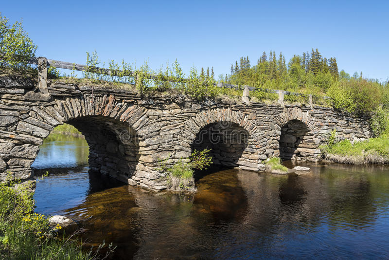 Pont en pierre Jamtland de voûte photos stock